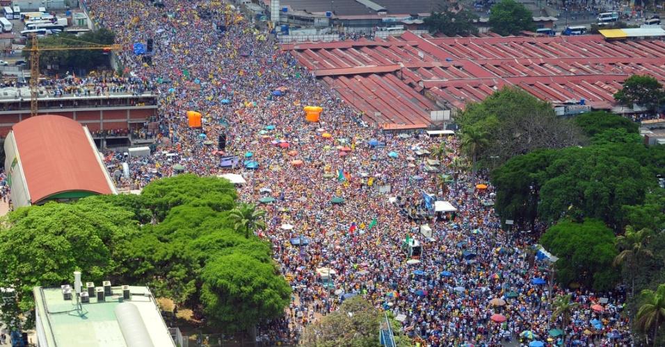 7.abr.2013 - Um mar de gente participa de comício de campanha do candidato da oposição à presidência da Venezuela Henrique Capriles em Caracas neste domingo (7). As eleições presidenciais venezuelanas ocorrem no dia 14 de abril
