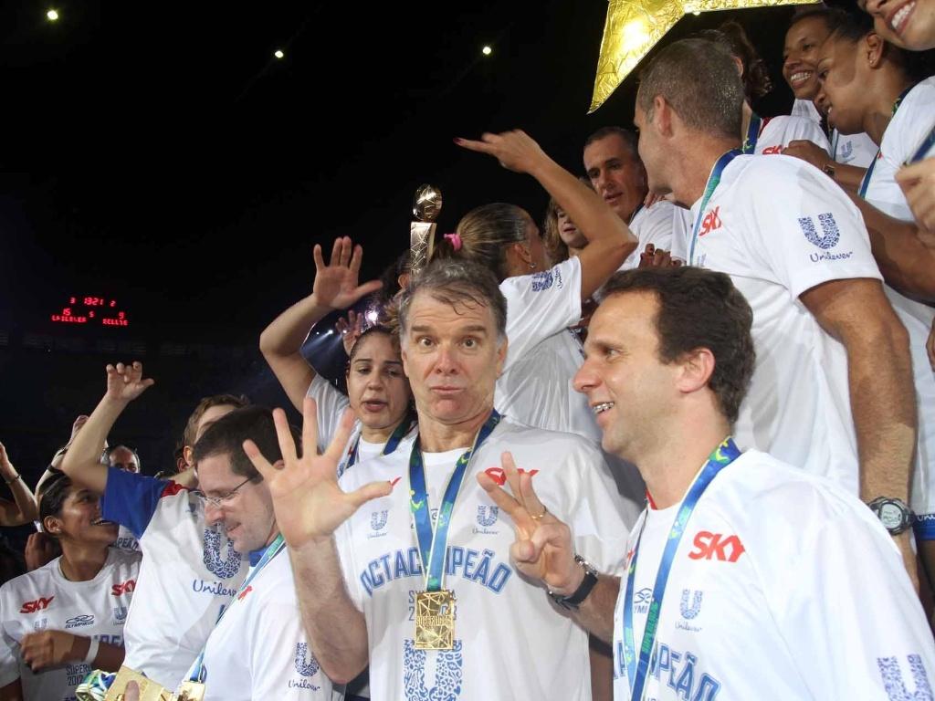 07.abr.2013 - Bernardinho faz careta no pódio. Ele tentou dançar o funk 'Lek Lek'