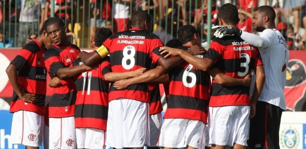 Jogadores do Flamengo se renem antes de jogo com o Duque de Caxias, pelo Carioca