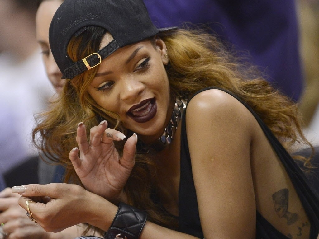 07.abr.2013 - A cantora Rihanna compareceu ao clssico de Los Angeles da NBA, entre Lakers e Clippers