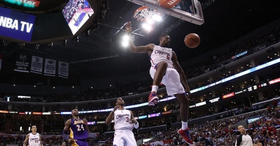 07.abr.2013 - DeAndre Jordan enterra e faz pose no ar na vitória dos Clippers sobre os Lakers
