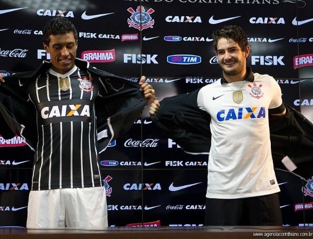 08.04.2013 - Paulinho e Alexandre Pato apresentam, no CT do Corinthians, os novos uniformes do clube para este ano