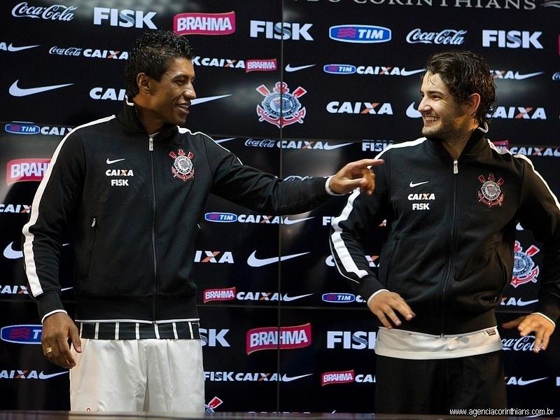 08.04.2013 - Paulinho e Alexandre Pato conversam entre si antes de apresentarem os novos uniformes do Corinthians para esta temporada.