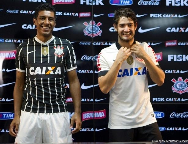 08.04.2013 - Paulinho veste a nova camisa listrada do Corinthians, que homenageia o título de 1977. Versão branca, com Pato, lembra a conquista do Brasileiro de 1990.