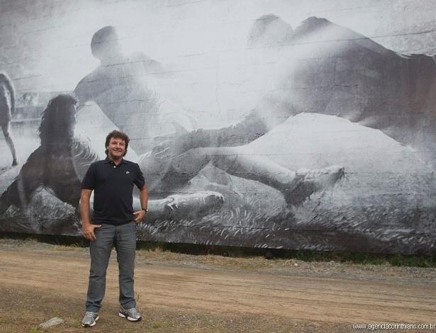 08.04.2013 - Tupãzinho, herói do título brasileiro de 1990, posa à frente da arte que relembra o gol marcante. Imagem foi inaugurada nesta segunda