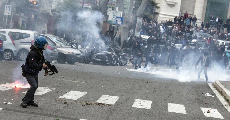 08.abr.2013 - Torcedores da Lazio entraram em conflito com a polícia antes do clássico contra a Roma, pelo Campeonato Italiano