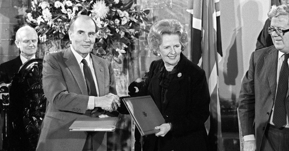 12.fev.1986 - O então presidente da França François Miterrand e a então primeira-ministra do Reino Unido Margaret Thatcher se cumprimentam e trocam documentos na Catedral de Canterbury, na Inglaterra. Thatcher olham para direções opostas em visita à Pirâmide do Louvre em Paris durante encontro dos 7 países mais industrializados