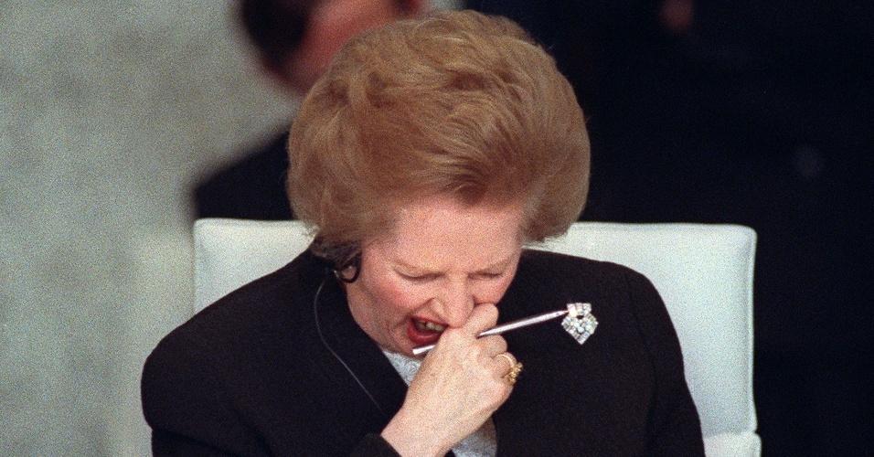 19.nov.1990 - Margaret Thatcher boceja durante Conferência de Segurança e Cooperação na Europa, em Paris. Thatcher foi primeira-ministra do Reino Unido de 1979 a 1990, o maior período contínuo no governo para um primeiro-ministro britânico desde o início do século 19
