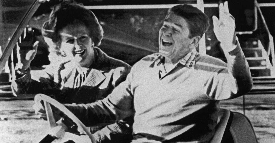 22.dez.1984 - A então primeira-ministra Margaret Tatcher e o então presidente dos Estados Unidos Ronald Reagan acenam após se encontrarem na base militar Camp David, nos EUA. Thatcher, que morreu nesta segunda-feira (8) aos 87 vítima de um derrame, foi primeira-ministra do Reino Unido de 1979 a 1990, o maior período contínuo no governo para um primeiro-ministro britânico desde o início do século 19