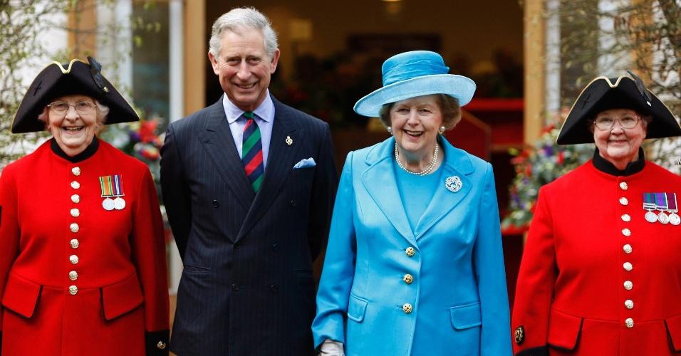 25.mar.2009 - O príncipe Charles (segundo a partir da esquerda) posa para foto com a ex-primeira-ministra britânica Margaret Thatcher, durante evento de inauguração da nova enfermaria do Royal Hospital Chelsea, em Londres
