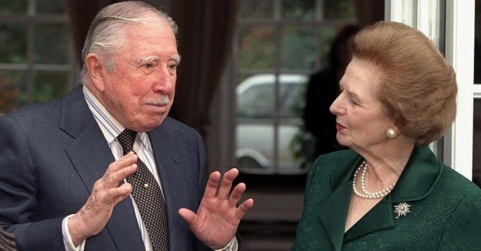 26.mar.1999 - Margaret Thatcher visita o ex-ditador chileno Augusto Pinochet, em sua residência temporária enquanto ele estava sob prisão domiciliar em Wentworth, no Reino Unido