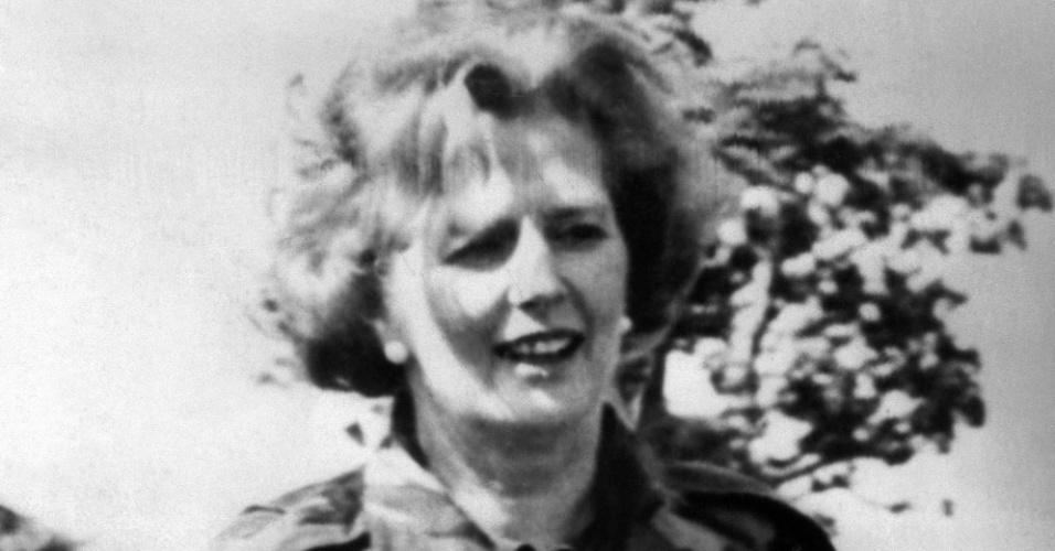 29.ago.1979 - Vestida com jaqueta do exército, Margaret Tatcher entra em território da Irlanda do Norte. Thatcher foi primeira-ministra do Reino Unido de 1979 a 1990, o maior período contínuo no governo para um primeiro-ministro britânico desde o início do século 19