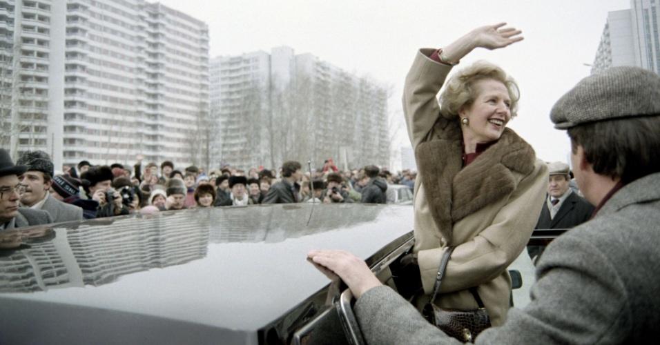 29.mar.1987 - Margaret Thatcher acena para russos em Moscou durante visita oficial à então União Soviética