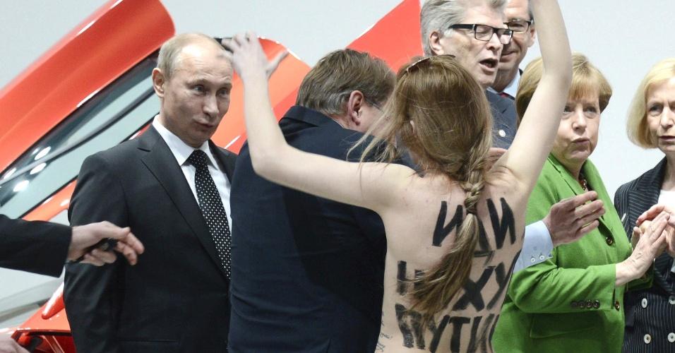 8.abr.2013 - Ativistas do grupo feminista Femen protestaram nesta segunda-feira (8) contra o presidente da Rússia, Vladimir Putin, e seu sistema político, com mensagens em seus corpos chamando-o de