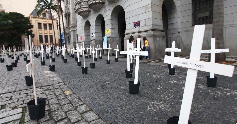 8.abr.2013 - Cento e uma cruzes foram colocadas na manhã de hoje, em frente ao largo São Francisco, no centro de São Paulo, por alunos da Faculdade de Direito da USP, em lembrança aos mortos do massacre do Carandiru, ocorrido há 20 anos, onde morreram 101 presos. Começou hoje o julgamento dos 26 policiais acusados de assassinar 15 dos 101 presos mortos no dia 2 de outubro de 1992