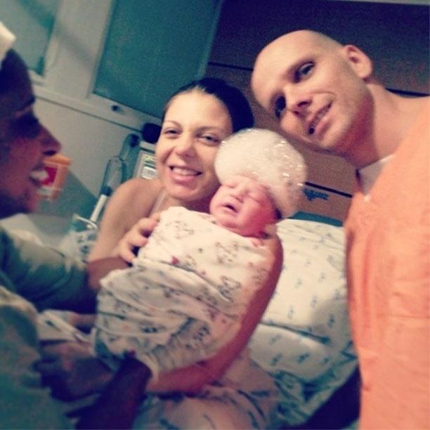 8.abr.2013 - Fernando Scherer, o Xuxa, mostra foto do primeiro banho de Brenda, sua filha com Sheila Mello.
