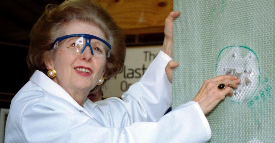 9.abr.1997 - Margaret Thatcher examina material à prova de balas durante visita a fábrica de produtos de proteção. Thatcher foi primeira-ministra do Reino Unido de 1979 a 1990, o maior período contínuo no governo para um primeiro-ministro britânico desde o início do século 19