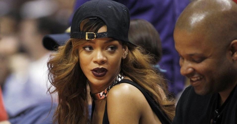 A cantora Rihanna acompanha o clássico de Los Angeles da NBA entre Lakers e Clippers