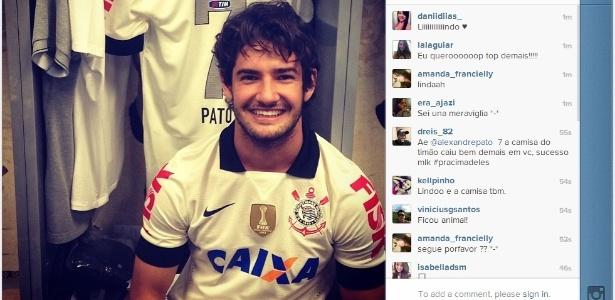 Nova camisa do Corinthians tem gola e detalhes em preto nas mangas