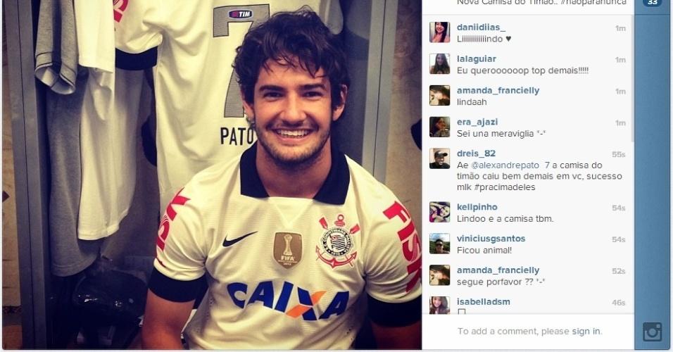 Alexandre Pato mostra nova camisa do Corinthians no Instagram