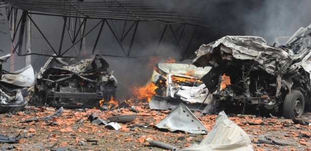 Veículos ficam completamente destruídos em local onde um carro-bomba explodiu em Damasco