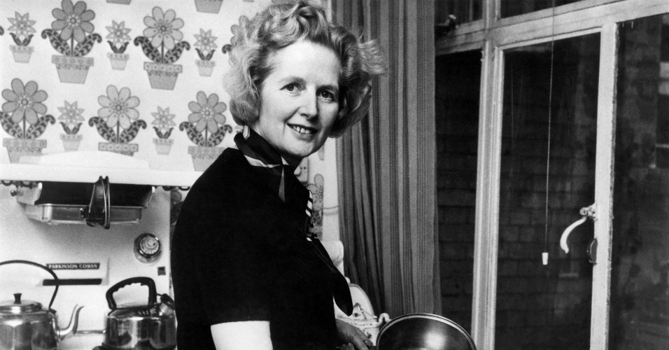 Fev.1975 - Então com 49 anos, Margaret Thatcher posa para uma fotografia na cozinha de sua casa em Londres, após ser eleita líder do partido conservador britânico