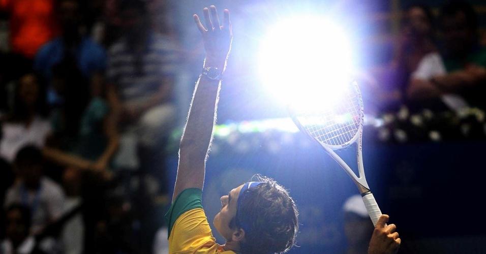Roger Federer saca durante partida de tênis