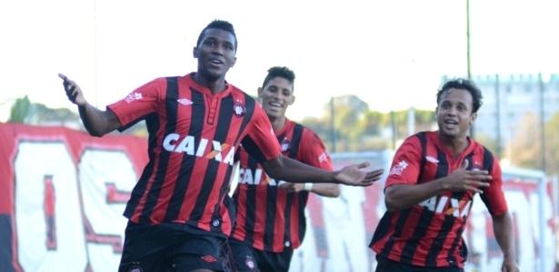 Jogadores do Atlético-PR comemoram gol em vitória diante do Arapongas (06/04/2013)