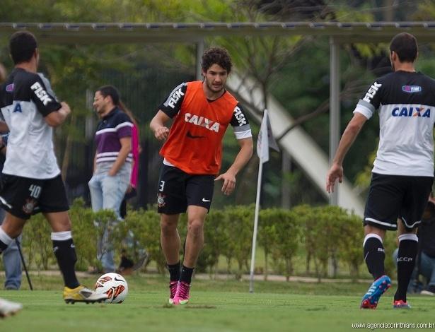 09.04.2013 - Alexandre Pato participa do rachão do Corinthians no CT Joaquim Grava