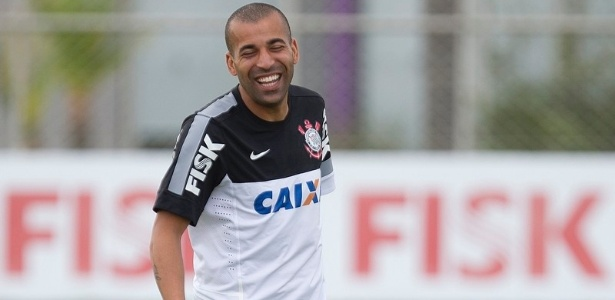 09.04.2013 - Emerson, atacante do Corinthians, sorri durante um racho no CT Joaquim Grava