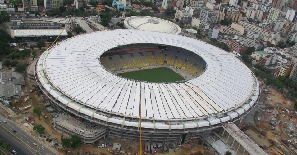 09.abr.2013 - Vista aérea do Maracanã mostra conclusão da instalação das lonas da cobertura do estádio