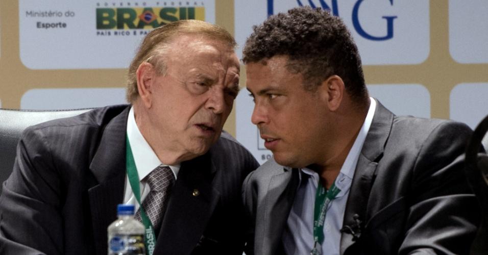 09abril2013 - Marin conversa com Ronaldo durante evento, em novembro de 2012