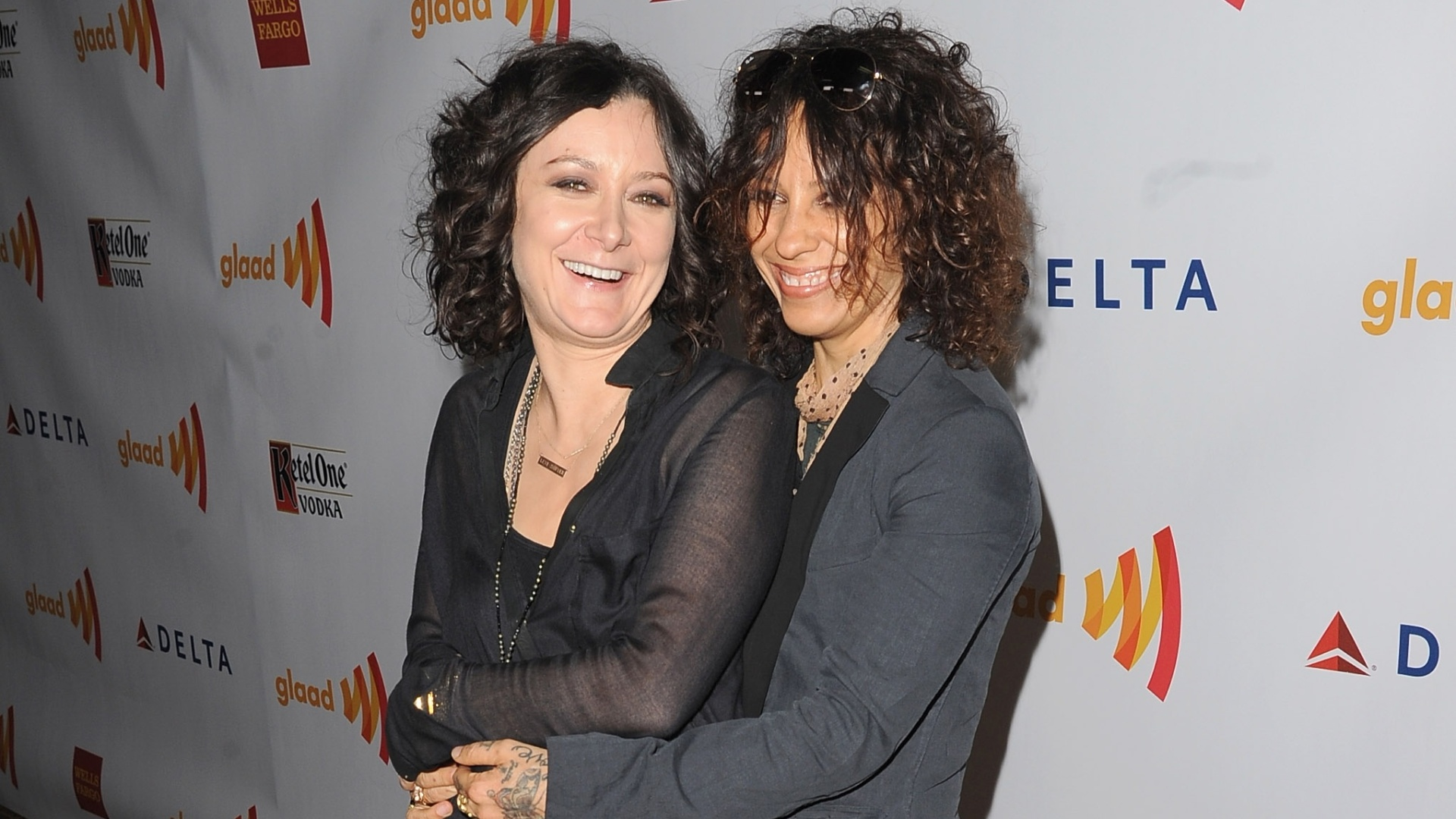 21.abril.2012 - A atriz Sara Gilbert e a cantora Linda Perry no tapete vermelho do 23 GLAAD Awards, em Los Angeles