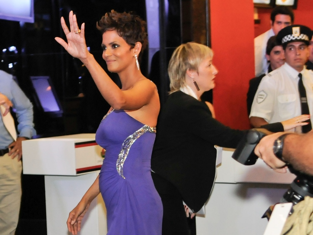 8.abr.2013 - Halle Berry exibe barriga de gravidez durante pr-estreia do filme 