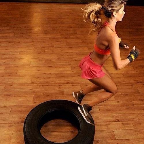 8.abr.2013 - Para começar a semana com tudo em cima, Dany Bananinha postou foto de treino que incluiu salto sobre pneus, bem no estilo militar.