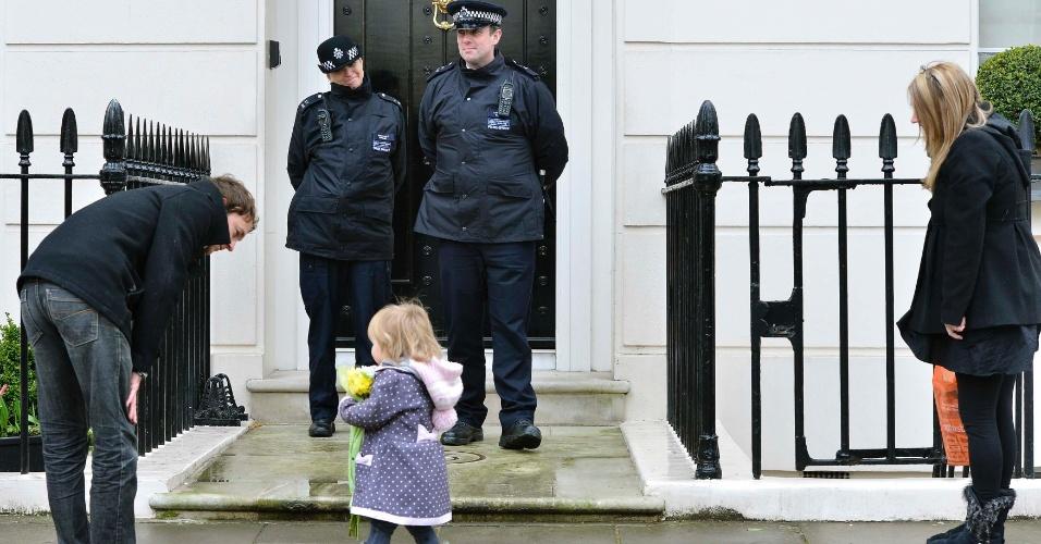 9.abr.2013 - Criança leva flores até a residência da ex-primeira-ministra britânica Margaret Thatcher, em Londres, nesta terça-feira (9). Thatcher morreu na segunda-feira (8), vítima de um derrame cerebral. Ela tinha 87 anos e foi a primeira mulher a governar o Reino Unido, onde permaneceu por 11 anos no poder