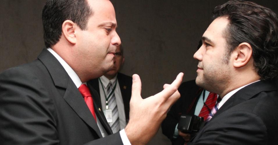 9.abr.2013 - Deputado Andre Vargas, líder do PSC, conversa com o presidente da Comissão de Direitos Humanos da Câmara, deputado Marco Feliciano, na Câmara dos Deputados (PSC-SP), nesta terça-feira (9)