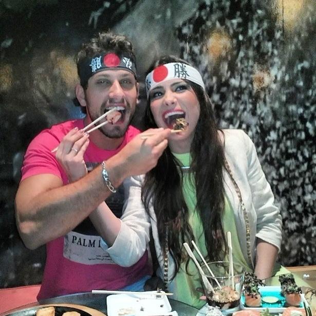 9.abr.2013 - Os ex-BBBs Kamilla e Eliéser curtiram um jantar japonês durante a madrugada.