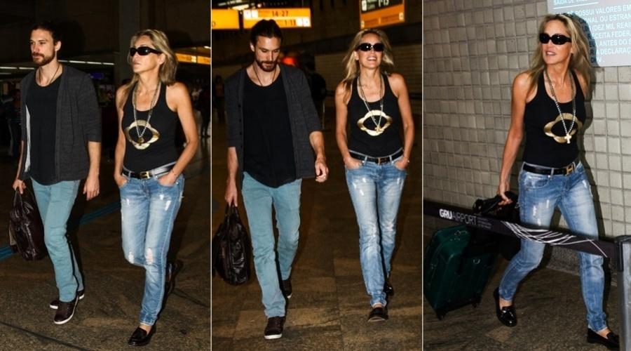 9.abr.2013 - Sharon Stone embarcou para os Estados Unidos acompanhada do namorado, o modelo Martin Micca, no aeroporto de Guarulhos, São Paulo. A atriz esteve no Brasil para prestigiar o 3º baile da ONG amfAR, que destina verba para pesquisa sobre a Aids