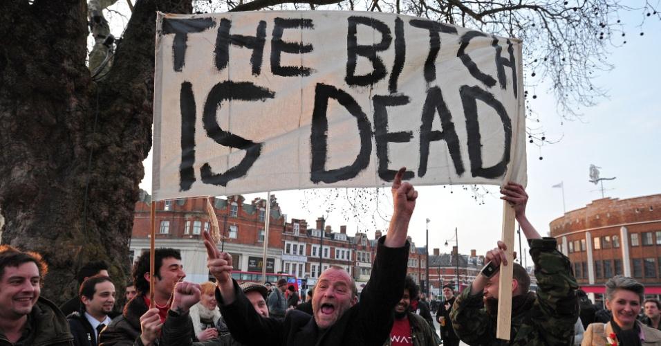 9.abr.2013 - Grupo faz festa em crítica à ex-primeira ministra britânica Margaret Thatcher, em Londres, nesta segunda-feira (8), data de sua morte. A