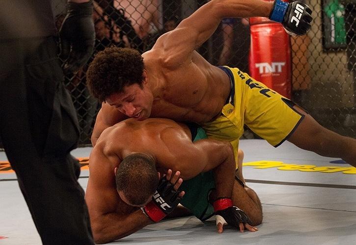 Tiago Alves castiga rival para conseguir a vitória que lhe rendeu uma vaga nas quartas de final do TUF Brasil 2