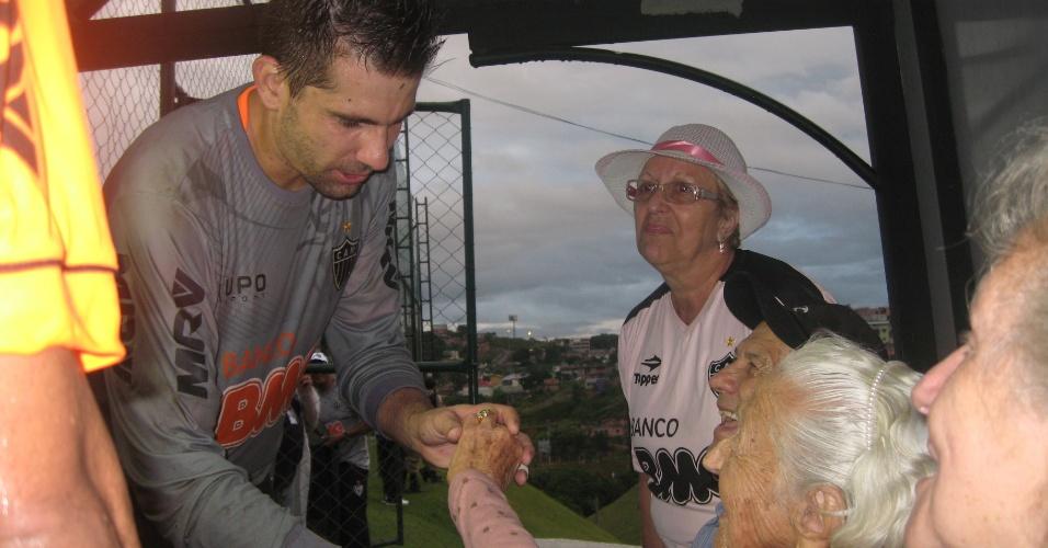 10/04/2013 - Goleiro Victor cumprimenta dona Geralda Carneiro, de 100 anos, que visitou a Cidade do Galo