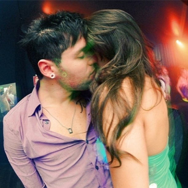 10.abr.2013 - Andressa beija Nasser em festa e rebate críticas sobre o relacionamento.