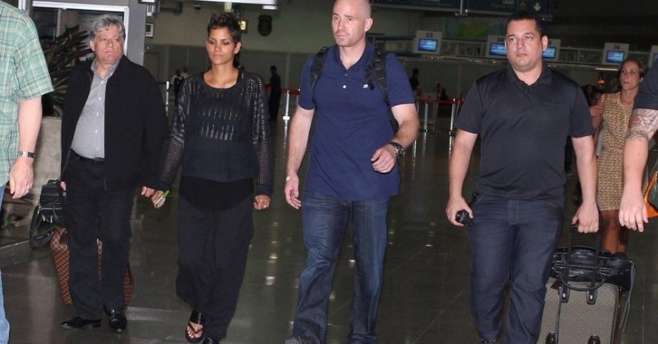 """10.abr.2013 - Atriz Halle Berry desembarca no Rio de Janeiro para divulgar o filme """"Chamada de Emergência"""""""
