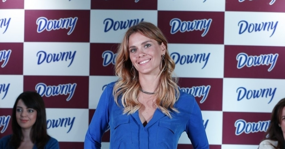 10.abr.2013 - Carolina Dieckmann se reuniu com outras atrizes para promover uma marca de sabo em p. O evento aconteceu em um hotel na zona sul do Rio
