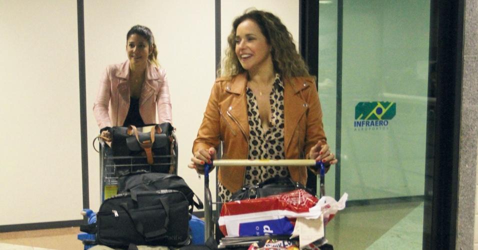 7.abr.2013 - Daniela Mercury e a esposa Malu Verçosa desembarcam em Salvador