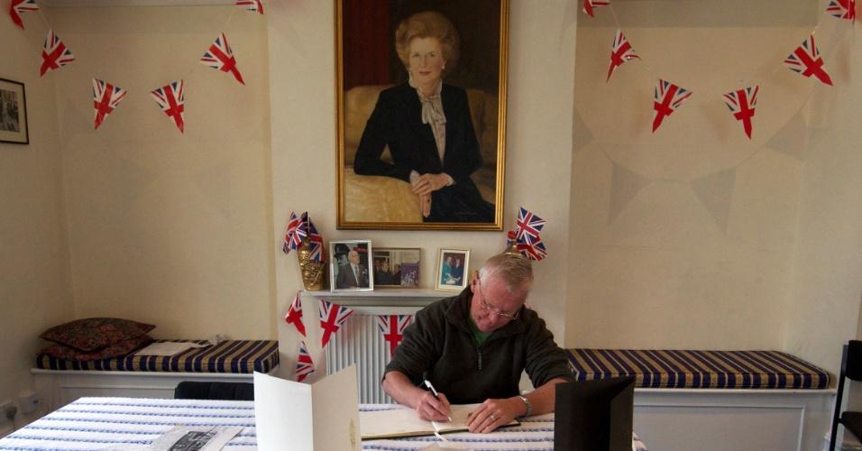 10.abr.2013 - Homem assina livro de condolências pela morte de Margaret Thatcher, ex-primeira-ministra britânica, nesta quarta-feira (10), na Associação Conservadora Finchley and Golders, em Londres