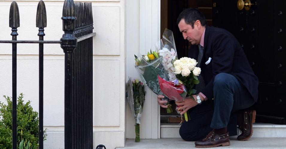 10.abr.2013 - Homem deposita flores na porta da residência da ex-primeira-ministra britânica Margaret Thatcher, no centro de Londres, no Reino Unido, nesta quarta-feira (10). Thatcher dominou a política britânica por duas décadas e morreu na segunda-feira (8), após um derrame