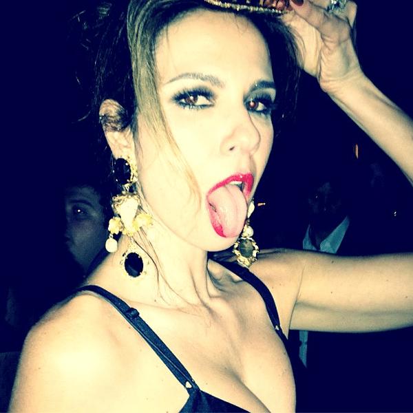 10.abr.2013 - Luciana Gimenez mostra a língua em festa em São Paulo