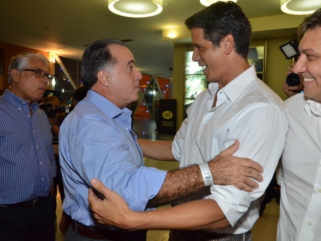 10.abr.2013 - Márcio Garcia recebe cumprimento de Tony Ramos na pré-estreia de seu filme,